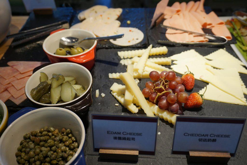 朝食ビュッフェのチーズやハム