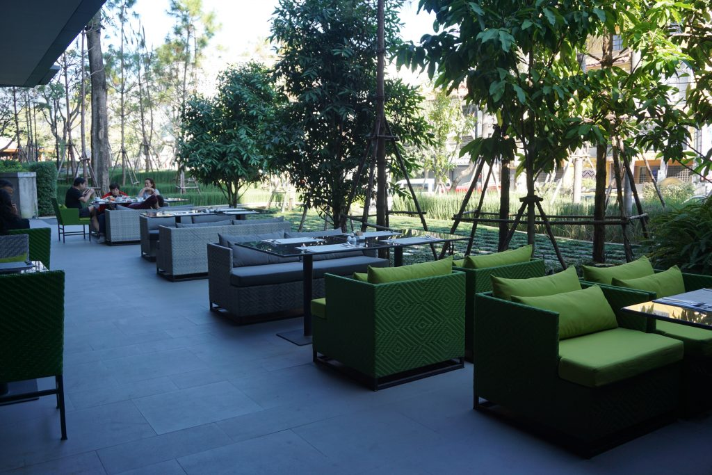 外のテラス席の朝食スペース