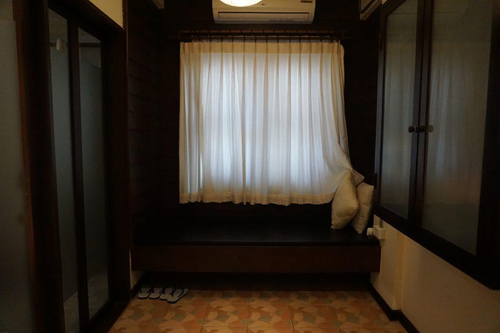 ホテルの部屋にあるソファ