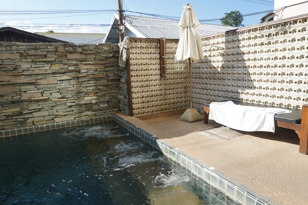 ホテル付属のプール