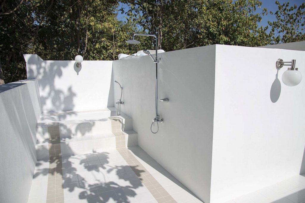 解放的な外のシャワールームとバスタブ